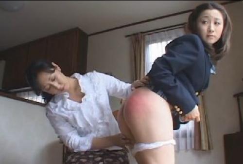 朝家でお尻を叩かれる女子校生