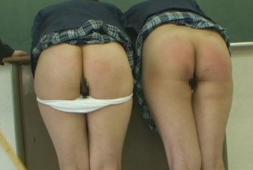 女子校生2人がスパンキングされお尻が真っ赤になる