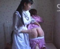 母親に平手とバドルでお尻を叩かれる女子大生