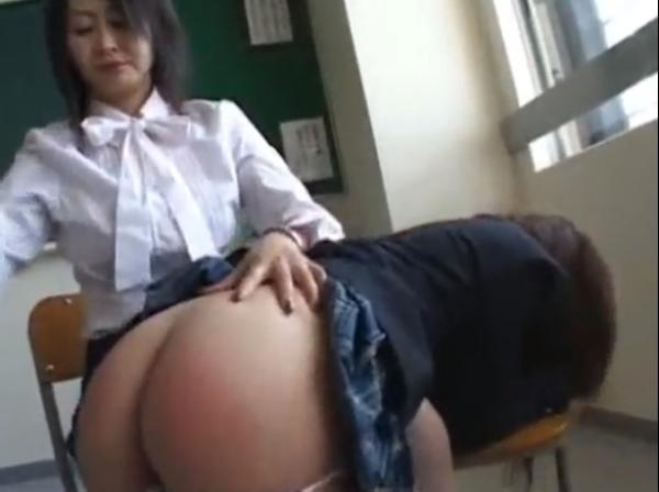 平手とバドルでお尻を叩かれる女子校生